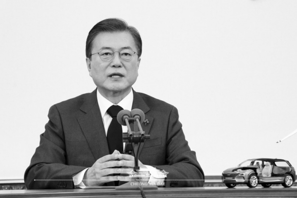 ▲ The Korean President Moon Jae-in is giving a speech with a live black and white broadcast of the Declaration of the Carbon Neutrality by 2050. The broadcaster explained that a color transmission produced a lot of carbon dioxide, so a black and white screen was used in the broadcast. (Source= president.go.kr)